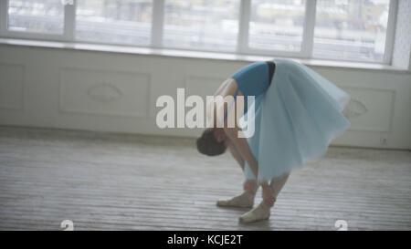 Professional ballerina hanno un resto. stanco ballerina ripristina la respirazione e il riposo. stanco ballerino. Foto Stock