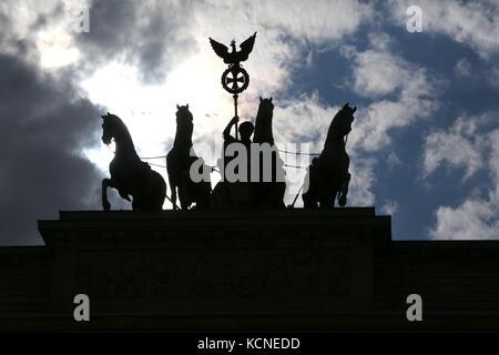 Quattro cavalli con il carro e la dea sono il simbolo della città di Berlino in Germania. La scultura è collocata Foto Stock