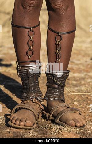 Angola. 23 luglio 2016. Le donne adulte di Himba hanno tutti perlato caviglie chiamate omohanga dove nascondono i loro soldi. Le caviglie sono anche pratiche come protezione contro i morsi animali venosi. Credit: Tariq Zaidi/ZUMA Wire/Alamy Live News Foto Stock