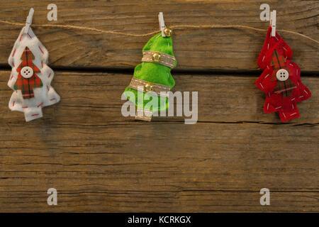 Vista aerea di albero di Natale forme attaccato con clip sulla corda a tavola