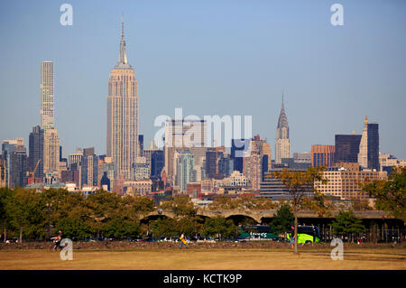 Vista di Manhattan con 432 Park Ave Tower, Empire State Building e Chrysler Building da Liberty State Park nel New Foto Stock