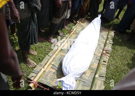 Un corpo morto di un vecchio rohingya uomo prima a seppellire, che è la morte per tb malattia balikhali vicino campo profughi.