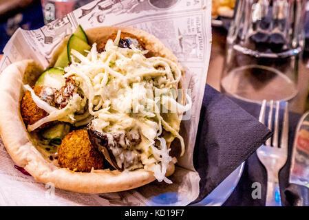 Il falafel è il cibo di strada più popolare di Parigi. Il più famoso è il brutto sandwich di falafel in stile israeliano Foto Stock