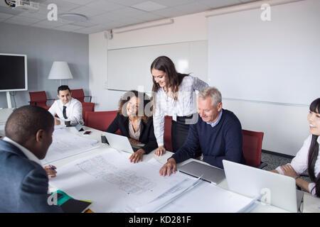 Team di architetti e project manager che lavorano in ufficio Foto Stock