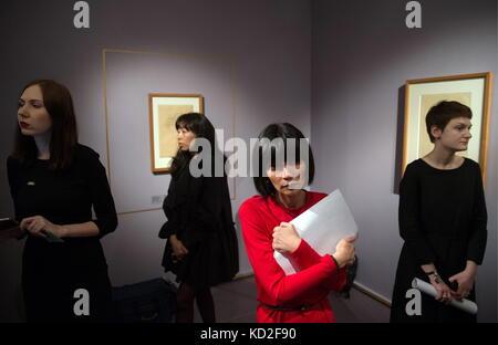 Mosca, Russia. 9 Ott, 2017. Le persone che frequentano una mostra dei disegni di pittori austriaci di Gustav Klimt Foto Stock