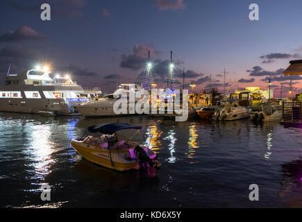 Barche da pesca e da diporto ormeggiata nel porto di Pafo e Kate Paphos, Cipro. Foto Stock