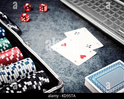 Serie di chip di poker o un contatore con carta, dadi in caso di metallo e il computer.
