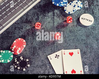Serie di chip di poker o un contatore con carta, dadi calcolatore.