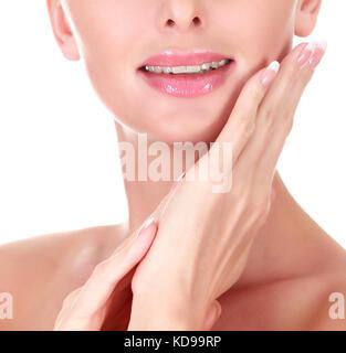 ... Closeup shot del volto di donna e lungo le dita con il francese curato  di chiodi e14e2baa5458