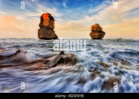 2 apostoli di calcare off Gibson passi spiaggia a dodici apostoli marine park durante la luce del sole di sunrise. Foto Stock