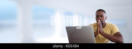 Composito Digitale del proprietario sul laptop con sfondo luminoso Foto Stock