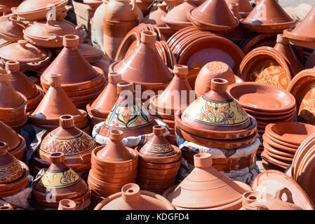 Ceramica tradizionale tagins per la vendita nel mercato della città di Meknes. Il Marocco