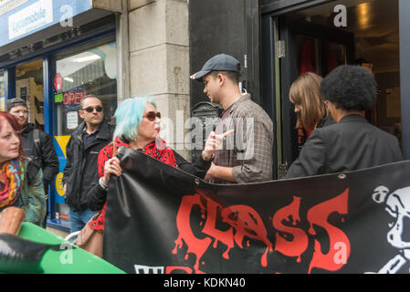 Londra, Regno Unito. Il 14 ottobre 2017. Class War chiede a due persone di lasciare il cosiddetto 'Museum' nel cavo Foto Stock