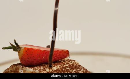 Pezzi di fragole in bianco panna crema alla vaniglia. fette di fragola close up. close up strawberry crêpe fetta Foto Stock