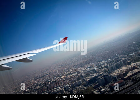 Il decollo dall'aeroporto di Istanbul in Turchia. Foto Stock