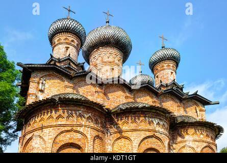 Antica chiesa russa ortodossa con le cupole in legno e croci contro il cielo blu in Novgorod, Russia Foto Stock
