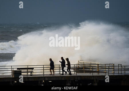 Aberystwyth Wales UK, lunedì 16 ottobre 2017 uk meteo: i resti del sistema storm ofelia, con forza di uragano 12 Foto Stock