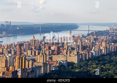 Vista aerea di upper west e George Washington Bridge in Manhattan, NY, Stati Uniti d'America Foto Stock