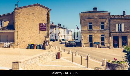 MONTAGNE, Francia - 26 Maggio 2017 : la strada principale con i suoi negozi nella piccola cittadina di montagna Foto Stock