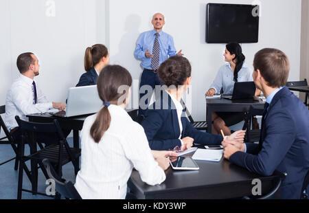 Dipendente di presentare la sua idea sul progetto per team in ufficio in ambienti interni Foto Stock