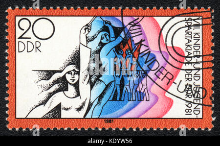 Un francobollo stampato in memoria DDR mostra i bambini e i giovani festival dello sport, circa 1981