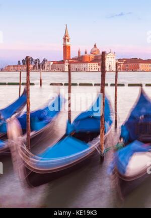 Italia Venezia Italia ormeggiate le gondole del Canal Grande Venezia di fronte all' Isola di San Giorgio Maggiore a Venezia eu europe Foto Stock