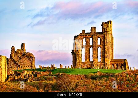 Priorato di tynemouth e pareti in un caldo bagliore di sunrise Foto Stock