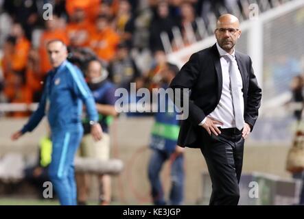 Nicosia, Cipro. Xvii oct, 2017. bortussia dortmund allenatore peter bosz reagisce durante il 2017-2018 la champions Foto Stock