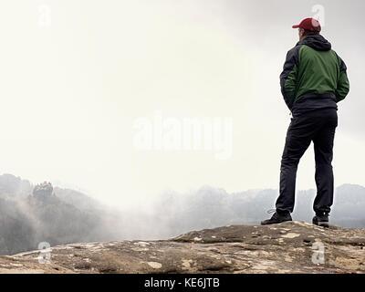 ... Escursionista in verde giacca a vento f0f9f1327378