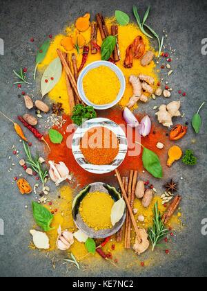 Varie di spezie ed erbe in vaso di ceramica. laici piana di spezie Ingredienti Peperoncino ,grano di pepe, aglio, Foto Stock