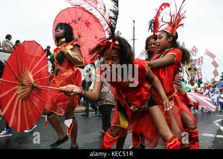 Leeds, Leeds, Regno Unito. 27 Agosto 2012. I partecipanti hanno visto ballare durante la parata. Il Carnevale Indiano di Leeds West è una delle sfilate di Carnevale dei Caraibi più lunghe d'Europa nel Regno Unito. È iniziato nel 1967 come un modo per mantenere viva la cultura e la tradizione caraibica per quelli della discesa dell'India occidentale a Leeds. Decine di migliaia di festaioli si sono coccolati con i suoni e le immagini di questo spettacolare Carnevale. Il 2017 segna il 50° anniversario del Carnevale Indiano occidentale di Leeds. Il Carnevale di Leeds presenta tutti e tre gli elementi essenziali di un Carnevale Caraibico: Costumi, musi