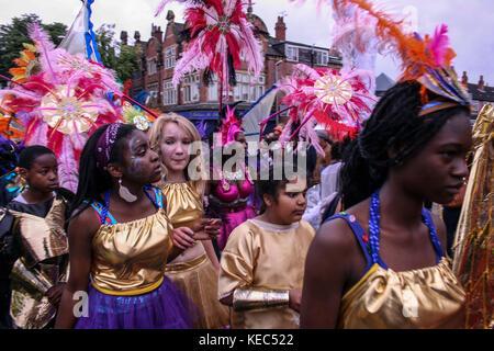 Leeds, Leeds, Regno Unito. 27 Agosto 2012. I partecipanti al carnevale.il Carnevale Indiano di Leeds West è una delle sfilate di Carnevale dei Caraibi più lunghe d'Europa nel Regno Unito. È iniziato nel 1967 come un modo per mantenere viva la cultura e la tradizione caraibica per quelli della discesa dell'India occidentale a Leeds. Decine di migliaia di festaioli si sono coccolati con i suoni e le immagini di questo spettacolare Carnevale. Il 2017 segna il 50° anniversario del Carnevale Indiano occidentale di Leeds. Il Carnevale di Leeds presenta tutti e tre gli elementi essenziali di un Carnevale Caraibico: Costumi, musica e un ma