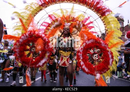 Leeds, Leeds, Regno Unito. 27 Agosto 2012. Un partecipante visto con il suo vestito colorato.il Carnevale Indiano di Leeds West è una delle sfilate di Carnevale dei Caraibi più lunghe d'Europa nel Regno Unito. È iniziato nel 1967 come un modo per mantenere viva la cultura e la tradizione caraibica per quelli della discesa dell'India occidentale a Leeds. Decine di migliaia di festaioli si sono coccolati con i suoni e le immagini di questo spettacolare Carnevale. Il 2017 segna il 50° anniversario del Carnevale Indiano occidentale di Leeds. Il Carnevale di Leeds presenta tutti e tre gli elementi essenziali di un Carnevale Caraibico: Costumi, musi