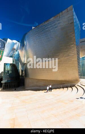 Visitatori del Museo Guggenheim dell'architetto Frank Gehry in titanio e vetro a Bilbao, Paesi Baschi, Spagna