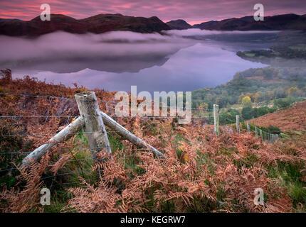 Nella nebbia, Ullswater all'alba da Gowbarrow cadde, Parco Nazionale del Distretto dei Laghi, Cumbria, England, Regno Unito Foto Stock