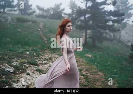 Vento capelli della donna caucasica nel campo