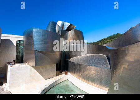 Architetto Frank Gehry il Guggenheim Museum Il futuristico design architettonico in titanio e vetro a Bilbao, Paesi Foto Stock