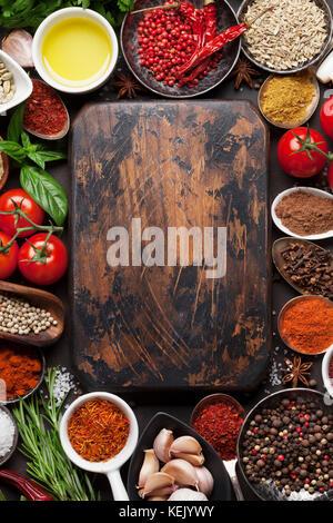 Varie spezie, erbe e il bordo di taglio sul tavolo di pietra. vista superiore con spazio per il testo Foto Stock