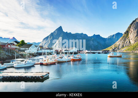 Il villaggio di Hamnøy vicino a Reine nelle Isole Lofoten in Norvegia.
