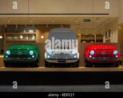 Tre Fiat 500 Frigoriferi In Un Smeg Showroom In Londra Foto