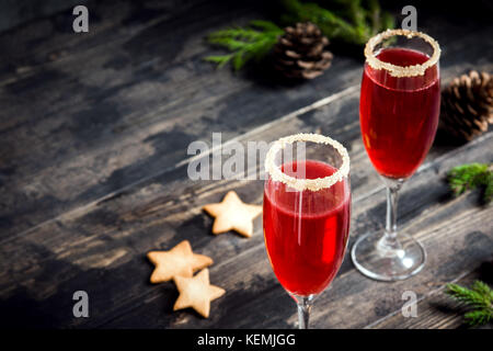 Mimosa drink di festa per il natale - champagne cocktail rosso mimosa con mirtillo palustre per la festa di natale, Foto Stock