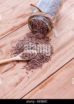 Alternative health care e dieta semi di lino in cucchiaio di legno impostato su legno rustico sfondo. Foto Stock