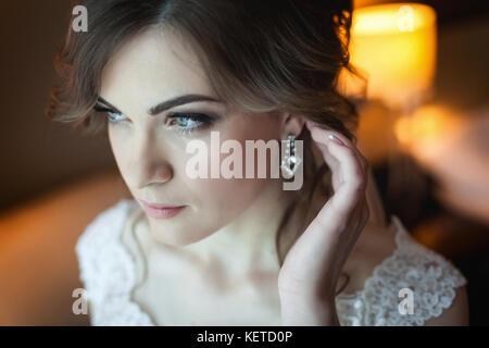 Giovane donna ottenere pronto per il suo giorno di nozze cerimonia ... 44295c7a9439