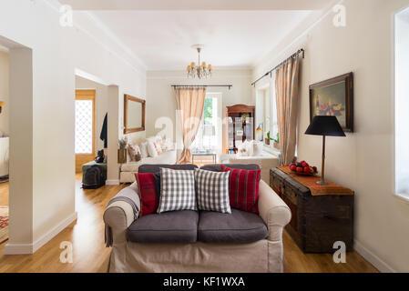 Ampio soggiorno molto luminosa con pavimento di legno di quercia e ...