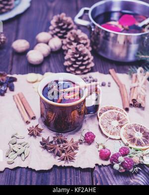 La bevanda alcolica vin brulé in marrone tazza ceramica su carta kraft, tonificazione vintage Foto Stock