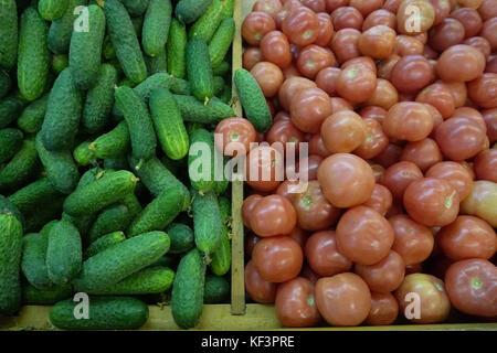 Pomodori Cetrioli venduti nel negozio Foto Stock