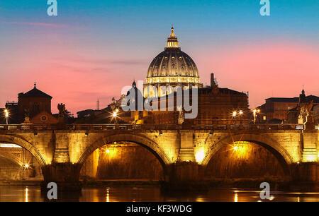 Vista al tramonto del vaticano con la basilica di san Pietro, Roma, Italia. Foto Stock