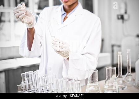 Scienziato rendendo l'estrazione in laboratorio