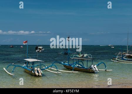 Il tradizionale design balinese dragonfly barca sulla spiaggia. jukung barche di pescatori sulla spiaggia di Sanur, Foto Stock