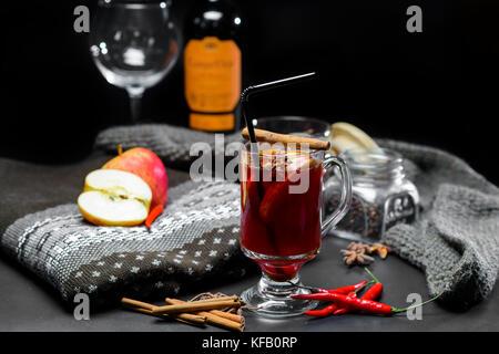 Vin brulé su sfondo scuro Foto Stock